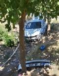 Otomobil Dereye Yuvarlandı Açıklaması 2 Yaralı