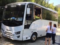 ALI DEVECI - Antalya'da Yolcusunu Unutan Tur Otobüsü Kaza Yaptı Açıklaması 2 Yaralı