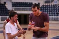 Dev Adamlardan Arkadaşlarına Doğum Günü Sürprizi