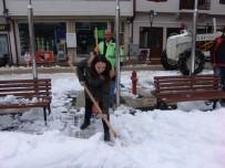 Kadın Belediye Başkanı Eline Küreği Alıp Kar Kürüdü