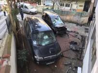 Kontrolden Çıkan Araç Binanın Duvarına Çarptı, İki Kişi Araçta Sıkıştı
