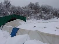 (Özel) Aşırı Kar Yağışı Sonucu Ahır Çöktü, Şans Eseri Hayvanlar Zarar Görmedi