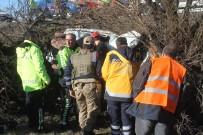 FETHİ SEKİN - Araç Ağaçların Arasına Girdi, Sıkışan Sürücü Yarım Saatte Kurtarıldı