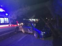 Balıkesir'de Otomobil Direğe Çarptı Açıklaması 2 Yaralı