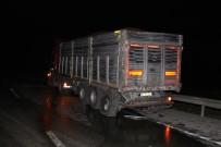 Manisa'da İki Tır Çarpıştı, Yol Savaş Alanına Döndü
