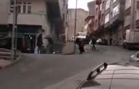 Sokak ortasında kadına sopayla şiddet uyguladı