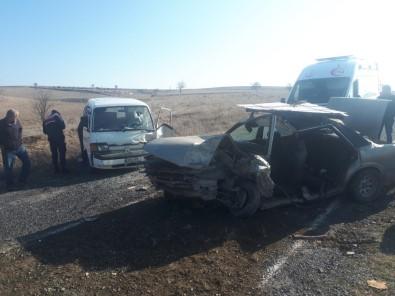 Hurdaya Dönen Otomobilde Sıkışan Sürücüyü İtfaiye Kurtardı