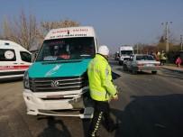 YOLCU MİNİBÜSÜ - Manisa'da Minibüs İle Otomobil Çarpıştı Açıklaması 4 Yaralı
