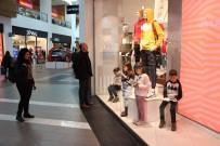 (Özel) Alışveriş Merkezi Vitrinini Gören Bir Daha Baktı