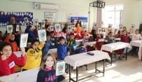GAZI MUSTAFA KEMAL - Toroslar Belediyesi, Öğrencilere Tarihi Çizgi Roman Kitabı Dağıtıyor