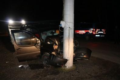 Hafif Ticari Araç Elektrik Direğine Çarptı Açıklaması 4 Yaralı