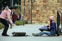 İRAN - İran'da Çalamadığı Enstrümanla Antalya Sokaklarında Harçlığını Topluyor