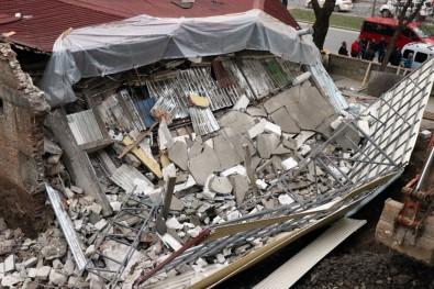 Sakarya'da Bina Çöktü, İşçiler Bina Altına Kalkmaktan Son Anda Kurtuldu