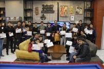 SOSYAL SORUMLULUK - 10 Yıllık Gelenek Bozulmadı, Başarı Belgesini Getiren Öğrencileri Ücretsiz Tıraş Etti