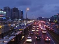 YAĞIŞLI HAVA - İstanbul'da trafik felç!