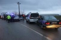 Kocaeli'de Mazot Dökülen Yolda 2 Araç Kafa Kafaya Çarpıştı Açıklaması 3 Yaralı