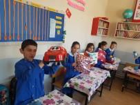 MEHMET AKİF ERSOY - Köy Okulu Öğrencilerinin Karne Hediyesi Üst Sınıflardan Geldi