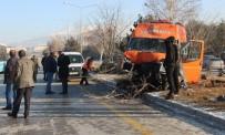 Makas Atmak İsteyen Otomobilin Çarptığı Minibüs Kaza Yaptı Açıklaması 11 Yaralı