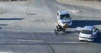 Motosikletli Gençleri Başlarındaki Kask Ölümden Kurtardı