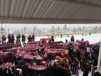 SIVASSPOR - Muhtar Öğrencilere Karna Hediyesi Olarak Sivasspor Atkısı Hediye Etti