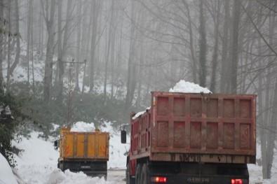 Öğrencilere Karne Hediyesi Olarak Dağdan Kar Taşıdılar