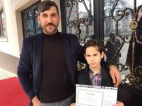Renkli Gözleriyle Dikkat Çeken Mehmet Karnesini Aldı
