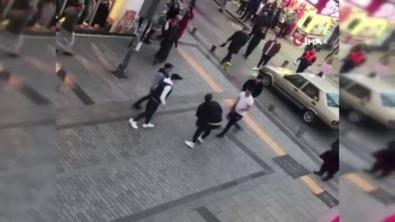 Sokak ortasında tekmeli yumruklu kavga kamerada