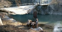 Köprüden Geçmeye Çalışan Traktör Dereye Düştü