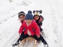 Hakkari'de Çocukların Kızak Keyfi