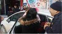 Otomobilde Mahsur Kalan Bebeği İtfaiye Kurtardı