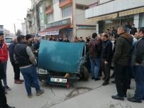 Seyir Halindeki Otomobil Park Halindeki Araçlara Çarptı Açıklaması 3 Yaralı