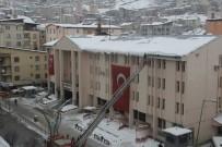 Hakkari'de Tehlike Oluşturan Buz Ve Kar Kütleleri Temizleniyor