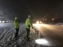 (Özel) Bolu Dağı'nda Zorlanan Sürücülerin Yardımına Trafik Ekipleri Koşuyor