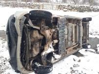 Şuhut'ta Minibüs Dereye Uçtu, 3 Yaralı