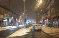 Belediye Ekipleri Yollarda Buzlanma Tehlikesine Karşı Tuzlama Çalışması Yaptı