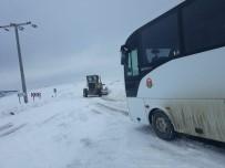 YOLCU MİNİBÜSÜ - Söğüt-Eskişehir Karayolu Ulaşıma Kapandı, Araçlar Yolda Mahsur Kaldı