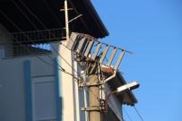 Bir Merdiven Hem Mahalleyi Elektriksiz Bıraktı Hem Elektronik Eşyaları Yaktı