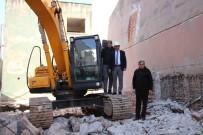 Koçarlı Belediyesi Eski Hizmet Binasının Yıkımına Başlandı