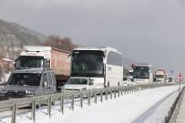 YOLCU OTOBÜSÜ - Bolu'da, Kar Yağışı Nedeniyle Yaşanan Kazalar D-100 Kara Yolunu Kapattı