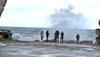ŞİDDETLİ RÜZGAR - Turistler Dev Dalgalarla Öz Çekim Peşine Düştü