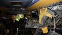 DEVLET HASTANESİ - Yolcu Otobüsü Kaza Yaptı Açıklaması 3'Ü Ağır 13 Yaralı