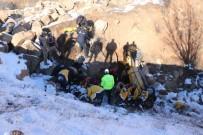 AĞIR YARALI - Ticari Taksi Şarampole Uçtu Açıklaması 1 Ölü, 2 Yaralı