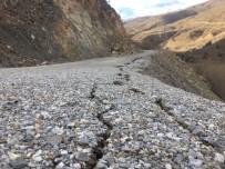 Dev Kaya Parçaları Depremden Sonra Yolu Kapattı