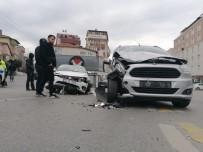 MEHMET AKİF ERSOY - Otomobil İle Hafif Ticari Araç Çarpıştı Açıklaması 3 Yaralı