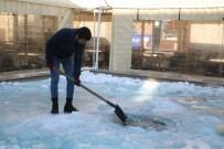 Buzla Kaplanan Süs Havuzunun Yüzeyini Çekiç Ve Kürekle Kırdılar