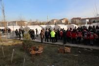 MEHMET AKTAŞ - Emniyet Genel Müdürü Aktaş Depremzedelere Kumanya Dağıttı