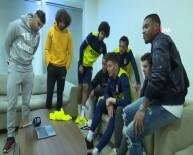 KADıOĞLU - Depremzede Emir'e Fenerbahçeli Futbolcular Moral Verdi