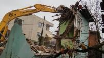 FEVZI KıLıÇ - Erenler'de Metruk Binaların Yıkımı Sürüyor