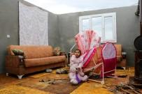 KıYAMET - Hortumda Evlerinin Çatısı Uçan Aile Bebekleriyle Perişan Oldu