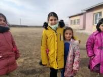Karslı Minik Öğrenciler Harçlıklarıyla Köy Okulundaki Kardeşlerine Hediye Aldı